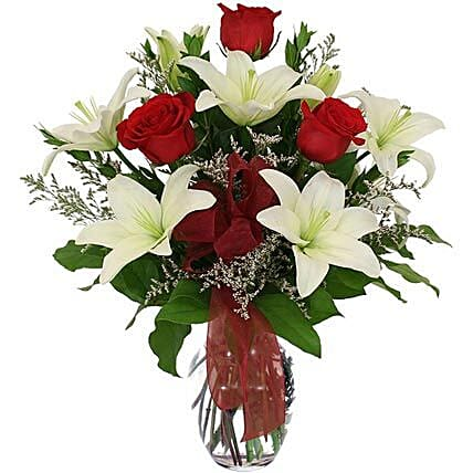 While lilies and roses in Vase